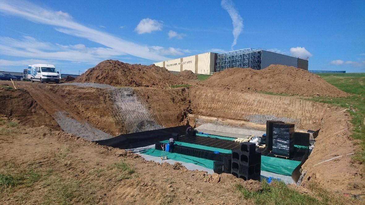 Rinteessä Enregisin muovisista kaseteista muodostetaan viivytysallas, nykyinen betoniallas näkyy sen oikealla puolella.
