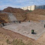 Kun Enregisin uusi moderni muovikaseteista rakennettu viivytysallas on liitetty nykyiseen betoniseen viivytysaltaaseen, kaivanto voidaan täyttää nopeasti.